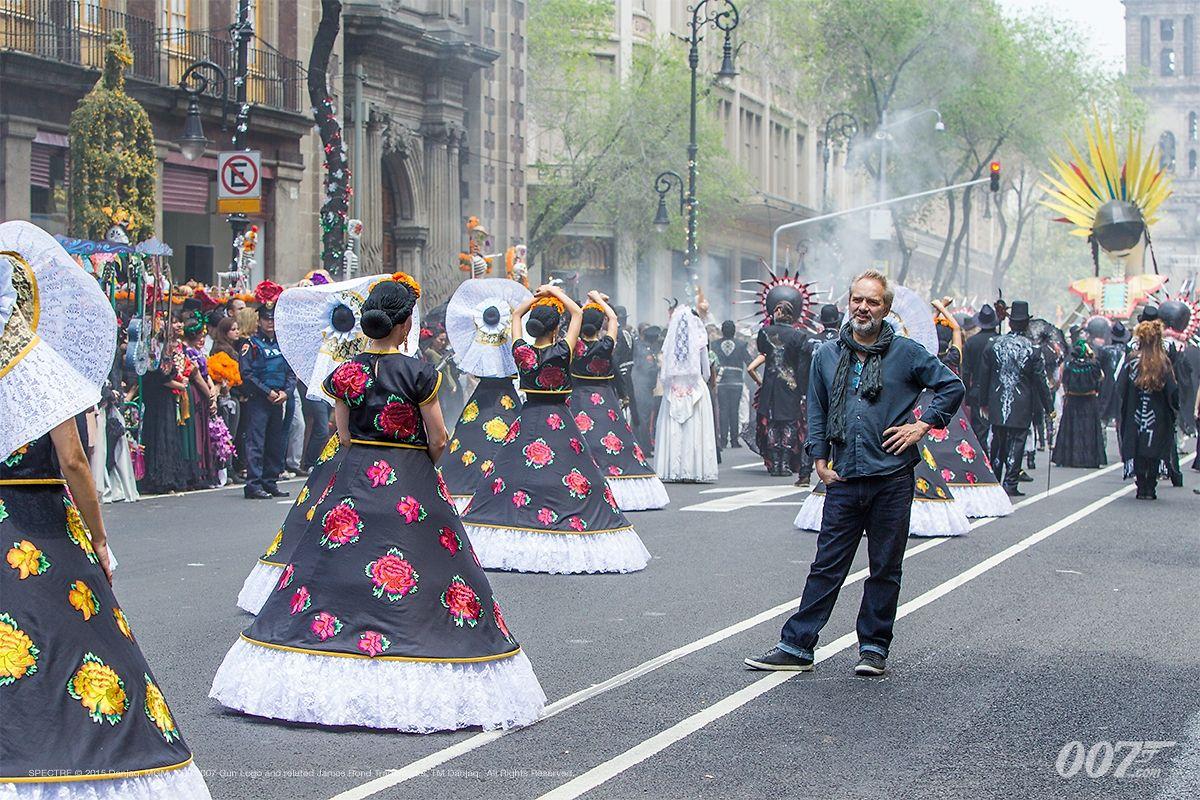 Für die Dreharbeiten zur Auftaktszene in Mexiko mussten über 6000 Geschäfte schließen.