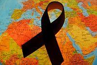"""ARCHIV - ILLUSTRATION - 29.11.2010, Brandenburg, Frankfurt (Oder):- Eine rote Aids-Schleife liegt auf einem Globus (gestelltes Foto). (zu dpa """"Welt-Aids-Konferenz berät über Kampf gegen HIV"""" vom 22.07.2018) Foto: Patrick Pleul/dpa-Zentralbild/dpa +++ dpa-Bildfunk +++"""