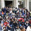 Hunderte Flüchtlinge warten vor den Türen des Budapester Ostbahnhofs.