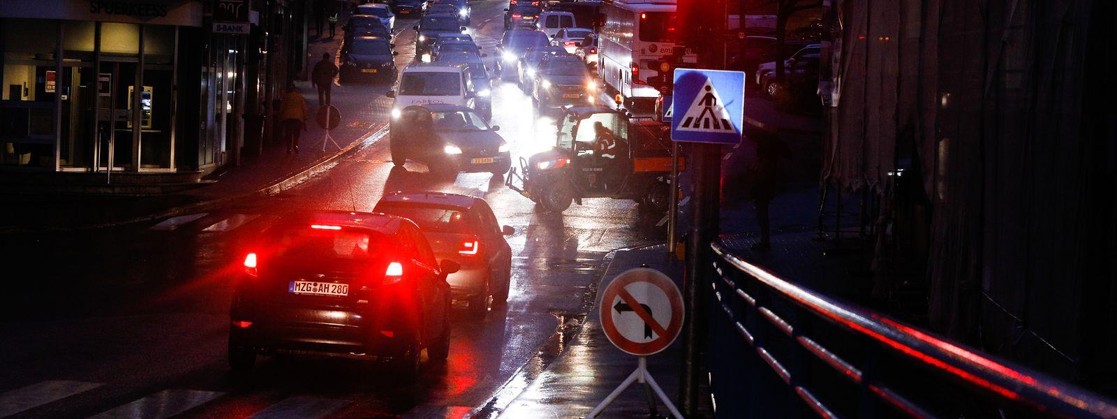 Jeden Morgen wälzt sich der Durchgangsverkehr über die Rue Enz. Der Remicher Schöffenrat möchte das Ortszentrum beruhigen, das Ministerium verweist auf die Autobahn.