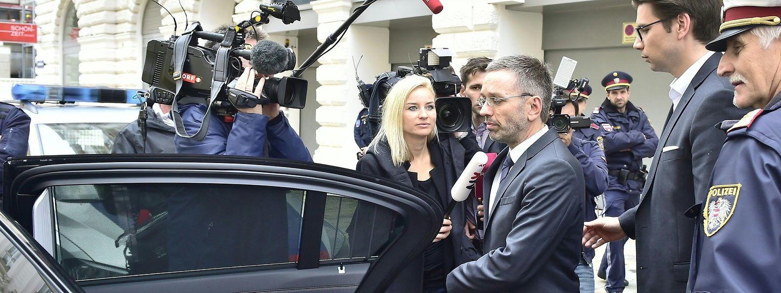 Herbert Kickl (Mitte), Innenminister von Österreich, geht nach einer Pressekonferenz zum Auto.