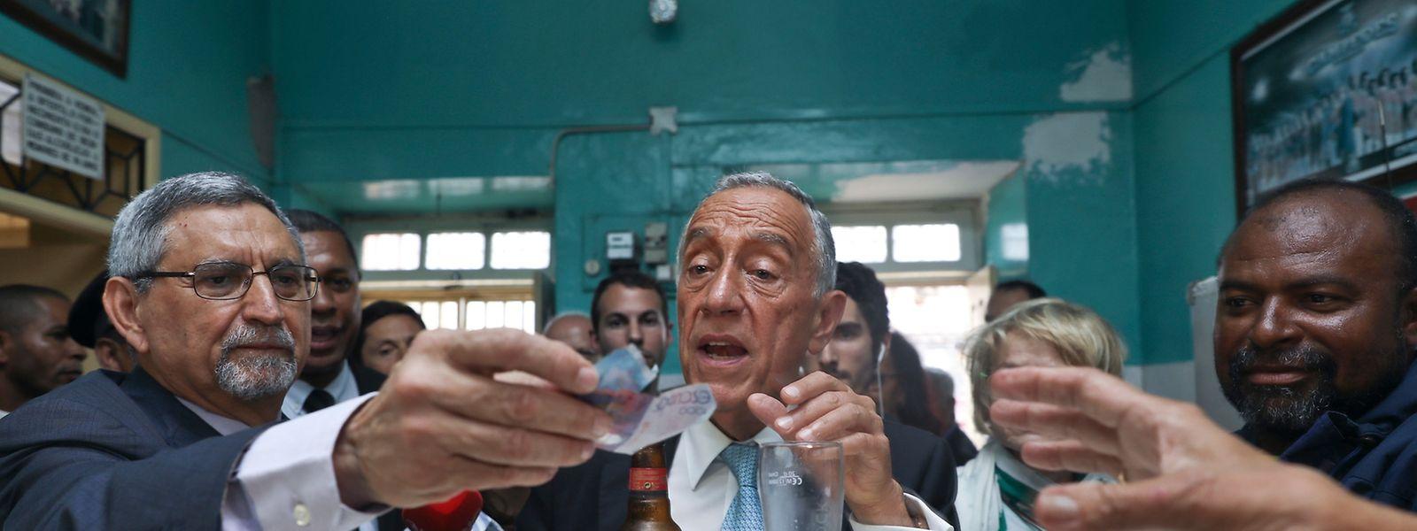 O Presidente da República de Portugal, Marcelo Rebelo de Sousa (D), acompanhado  pelo seu homologo cabo-verdiano, Jorge Carlos Fonseca, durante um passeio no Mindelo, Cabo Verde, 11 de abril de 2017. ANTÓNIO COTRIM/LUSA