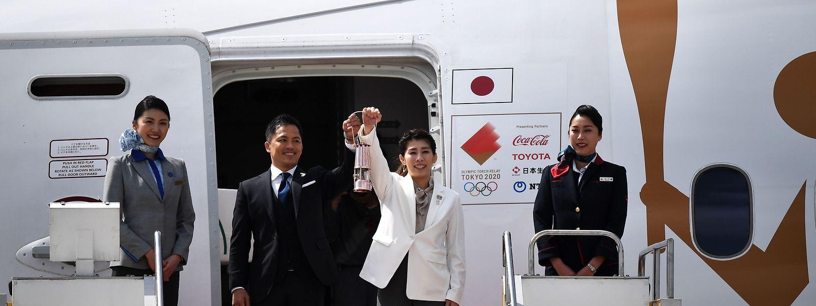 Les anciens champions olympiques Saori Yoshida et Tadahiro Nomura ont descendu la flamme de l'avion spécialement affrété de Grèce
