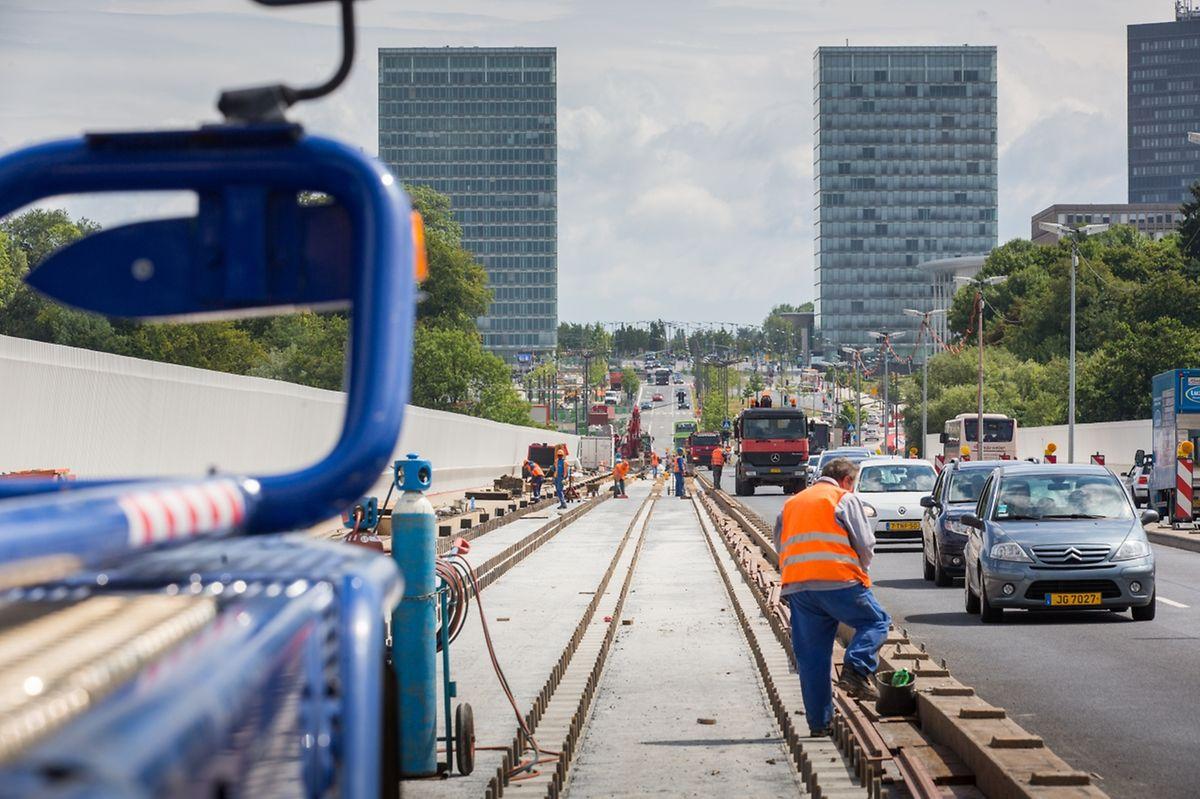 La pose des rails nécessitant la mobilisation de deux voies de circulation sur le Pont Rouge, se fait de nuit toute cette semaine.