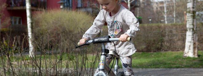 Schwung holen und los: Auf dem Laufrad lernen Kinder schnell, die Balance zu halten.