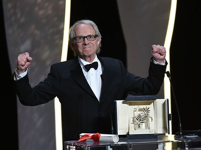 "British Ken Loach celebrates after being awarded with the Palme d'Or for the film ""I, Daniel Blake"" during the closing ceremony of the 69th Cannes Film Festival in Cannes, southern France, on May 22, 2016.  / AFP PHOTO / ALBERTO PIZZOLI"