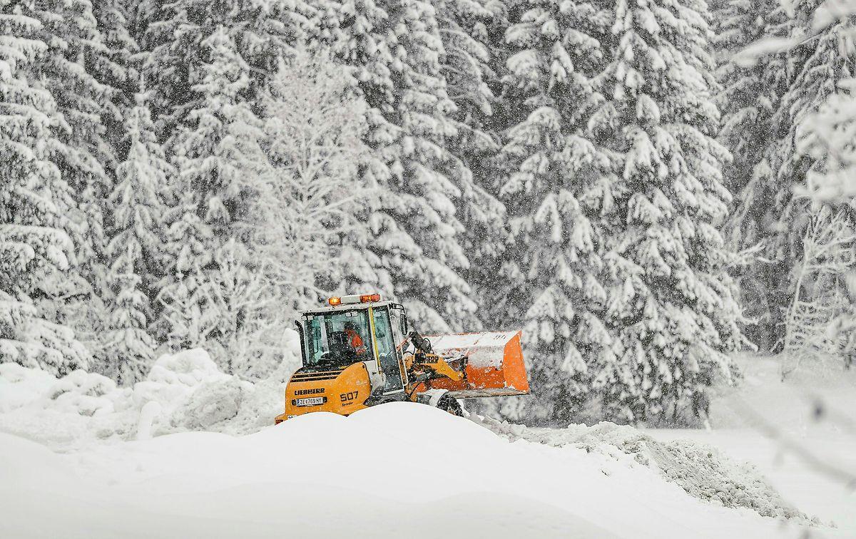 De plus en plus d'endroits ne sont plus accessibles en raison du risque très élevé d'avalanches - y compris la ville de Galtür au Tyrol. Les stations de ski de Lech, Zürs et Stuben dans le Vorarlberg et l'Obertauern à Salzbourg n'étaient également plus accessibles le mercredi.