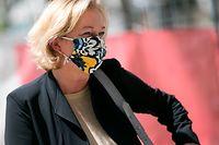 Politik, Parlament, Corona, Paulette Lenert, ( LSAP) Gesundheitsministerin betritt den Cercle Cité  zur Bekanntgebung des Staatsminiszters zur Lockerung der Quarantänebestimmungen, mit Maske, Foto: Guy Wolff/Luxemburger Wort