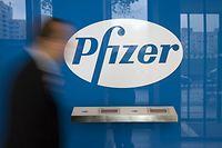 ARCHIV - 06.10.2008, Berlin: Das Logo des Pharmakonzerns «Pfizer» steht in der Deutschlandzentrale in Berlin. (zu dpa «Pfizer spendet Indien Medikamente im Wert von 70 Millionen Dollar») Foto: Arno Burgi/dpa-Zentralbild/dpa +++ dpa-Bildfunk +++