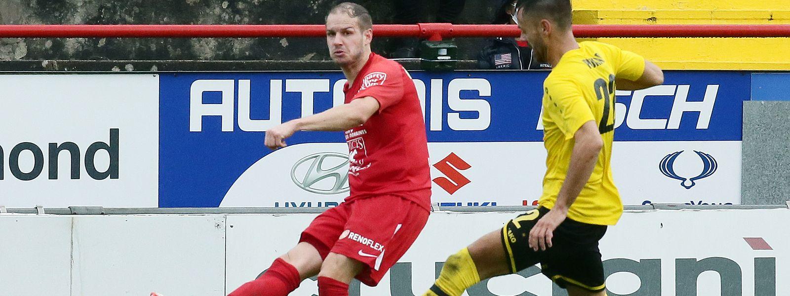 Rosports Daniel Bartsch (l.) spielt den Ball ab, ehe Düdelingens Mario Pokar herbeieilt.