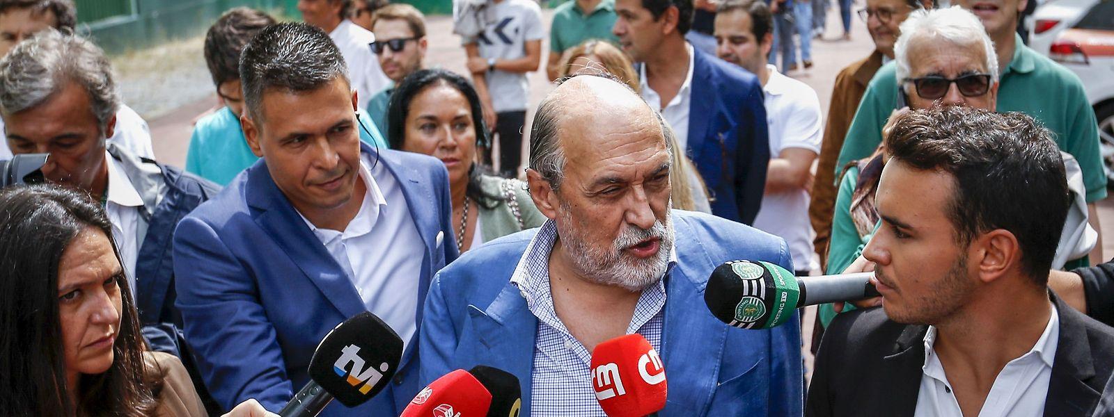 O candidato à presidência do Sporting Clube de Portugal, Dias Ferreira (ao centro), à chegada para a votação.