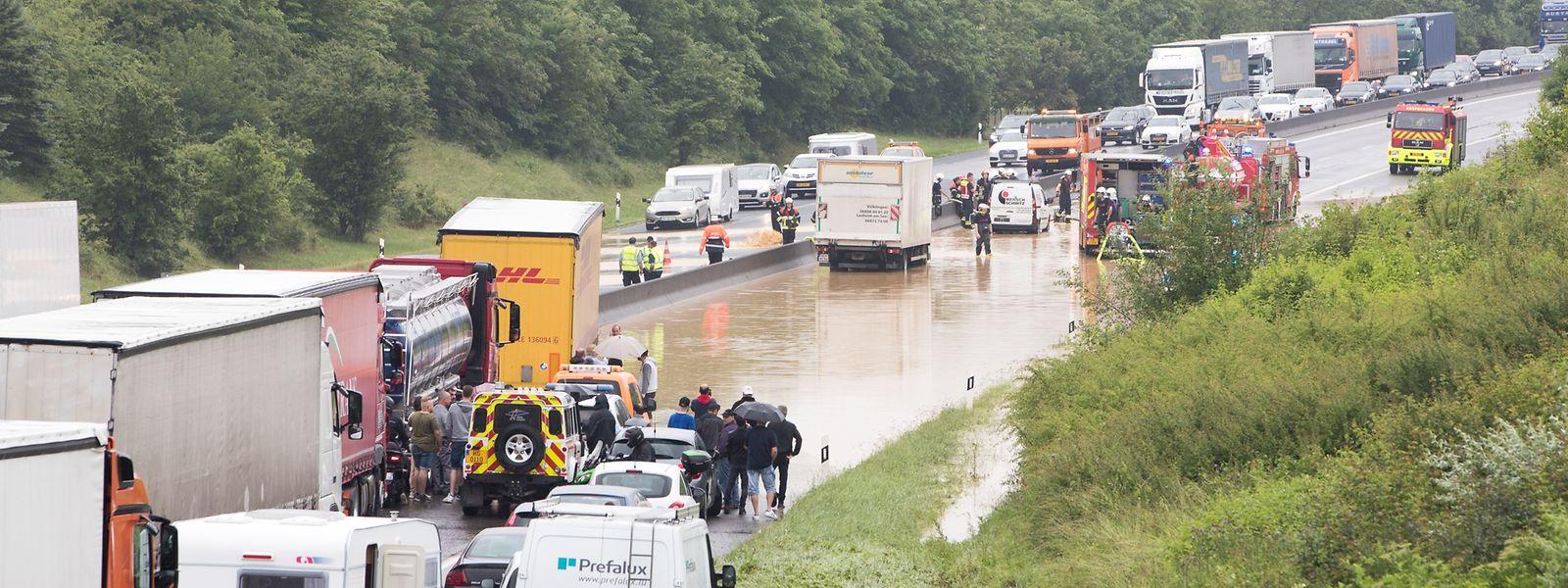 Die A3 wurde auf einer Länge von 200 Metern komplett überflutet.