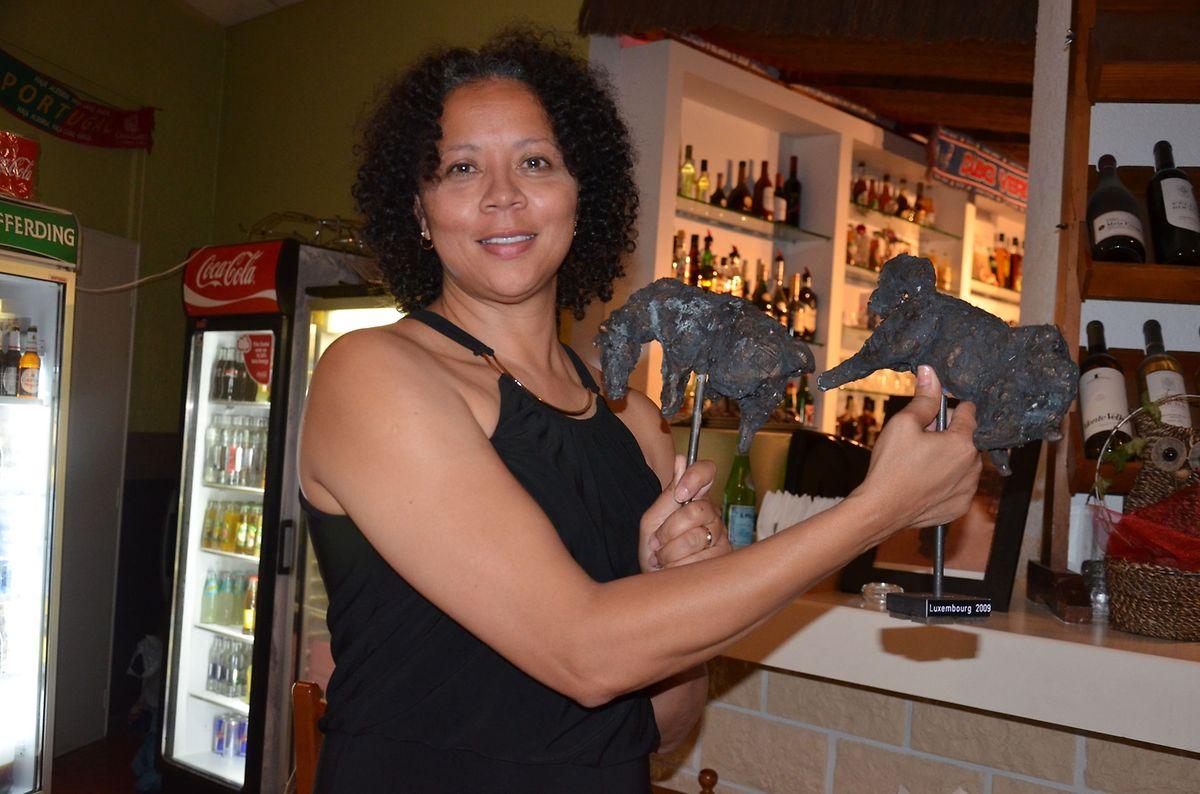 Na sua despedida, Clara Delgado recebeu duas obras da escultora luxemburguesa Denise Hansen Loos, ofertas da comunidade cabo-verdiana.