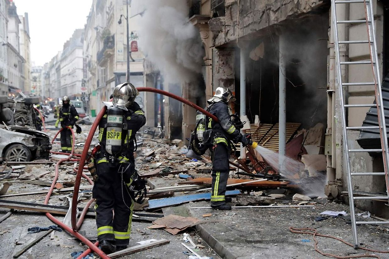 Bombeiros e forças de socorro estão a prestar apoio aos feridos e a moradores na zona da explosão.