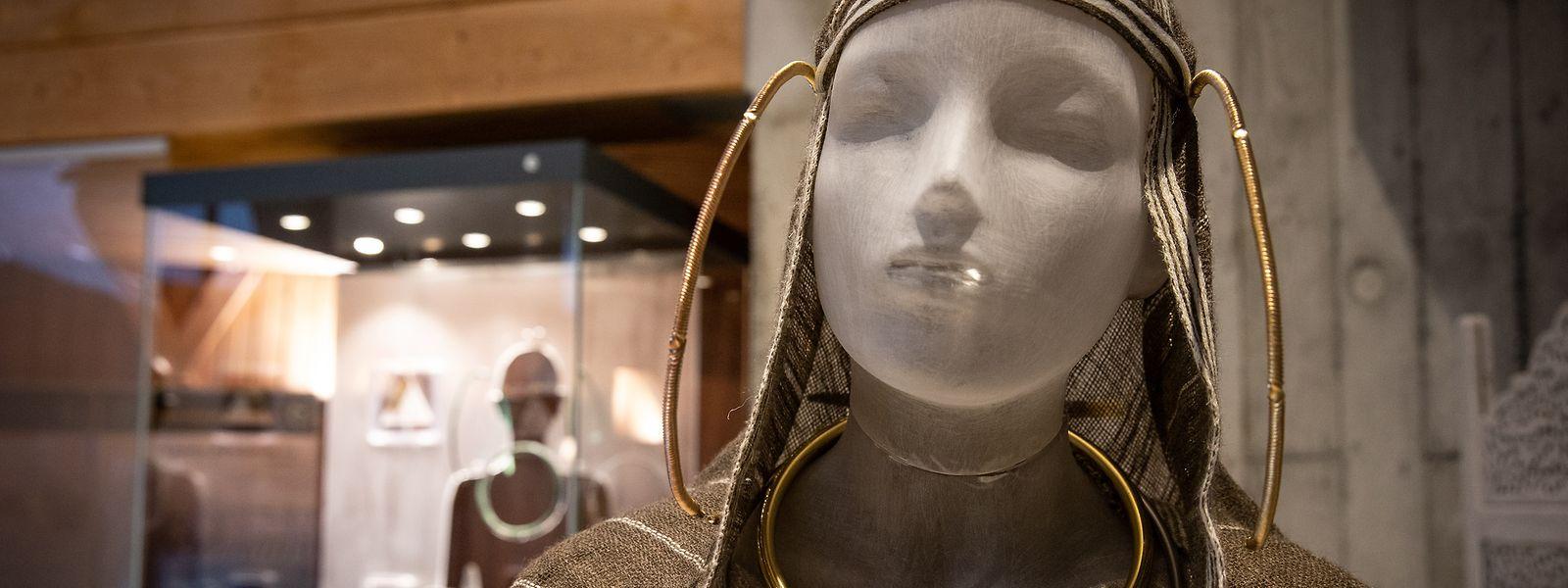Nachbildungen der Schmuckstücke an einer Puppe geben eine Eindruck der keltischen Adligen.