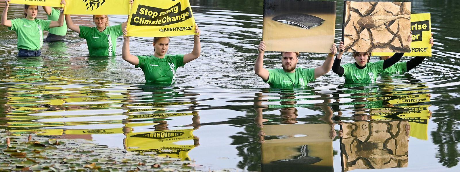 Greenpeace-Aktivisten demonstrieren bei der IAA gegen die Automobilindustrie.