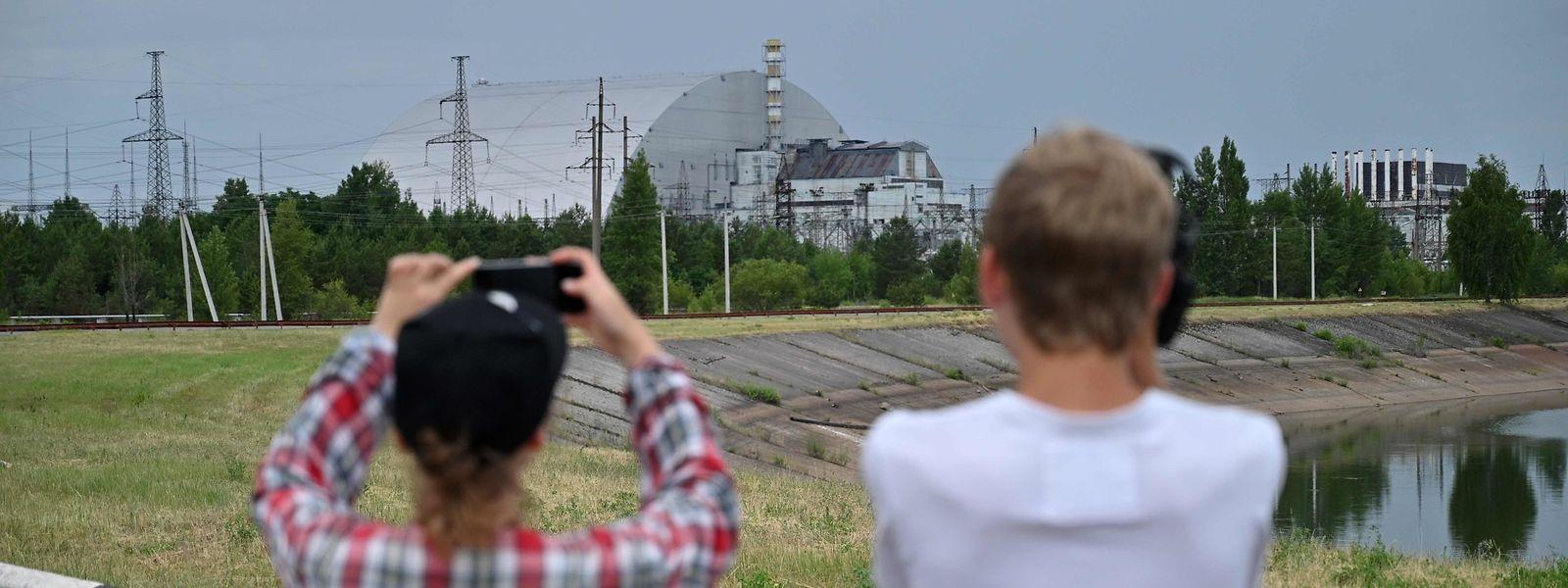 Der Ort des Unglücks, das ehemalige Atomkraftwerk von Tschernobyl, lockt viele Touristen an - zumindest in der Ferne.