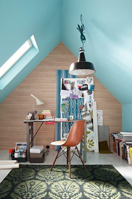 Abgeschrägte, aber hohe Räume unterm Dach lassen sich auch gut für ein kleines Büro nutzen.