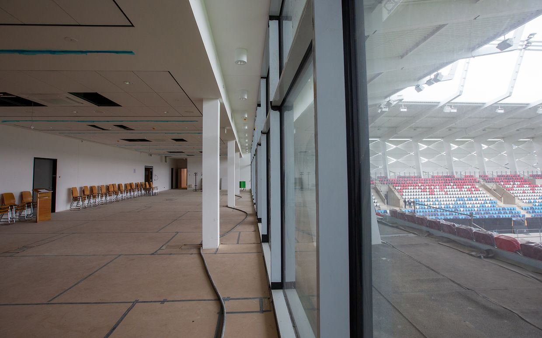 Auf der ersten Etage befinden sich unter anderem der Businessclub mit Ehrenloge, eine Küche sowie Sanitäranlagen.