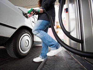 """Nicht nur der Besuch an der """"Tanke"""" wird am Samstag teurer, auch der Heizölpreis steigt."""