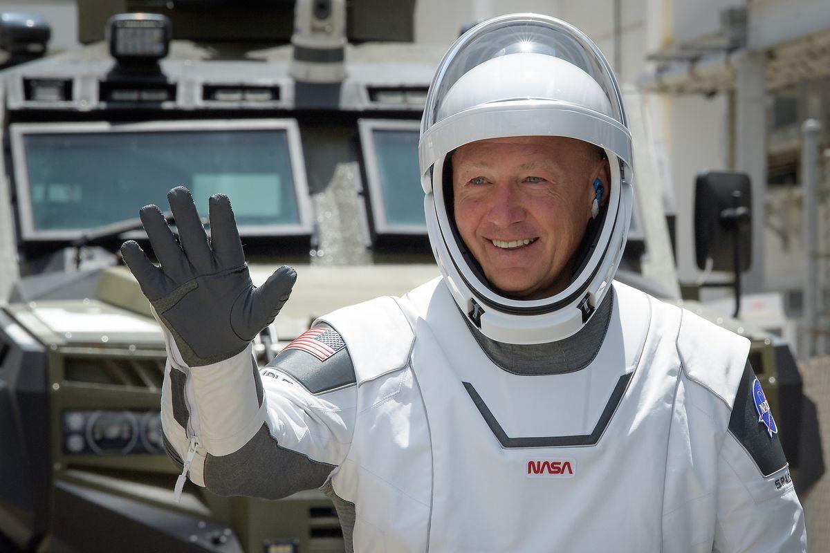 Cape Canavera, 30. Mai 2020l: Astronaut Douglas Hurley winkt, kurz bevor er an Bord der «Crew Dragon»-Raumkapsel geht.