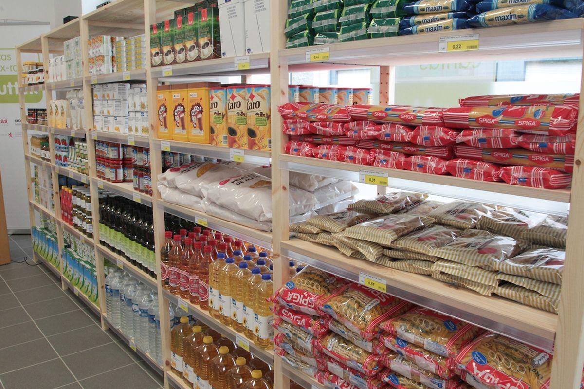 """Anders als die """"Cent-Butteker"""", die nicht-verkaufte Artikel unter anderem von Supermärkten erhalten, kaufen die zwölf Sozialläden von Caritas und Rotem Kreuz gemeinsam beim Großhändler ein. Das ermöglicht ihnen, die Ware sehr viel billiger zu verkaufen."""
