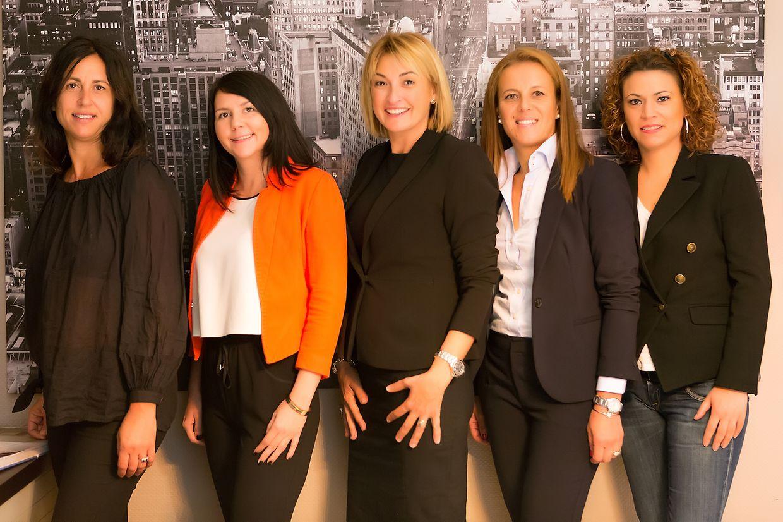 """""""Somos uma agência imobiliária com um rosto humano"""". A equipa (da esquerda para a direita): Nathalie Petit, Catherine Lambert, Nélia Godinho, Elisabete Amorim, Ana Henriques."""