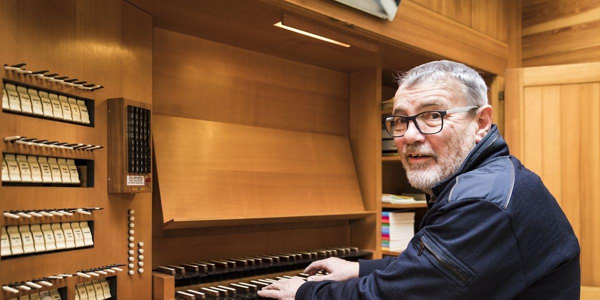 Roby Schiltz an der Orgel der Wasserbilliger Kirche.