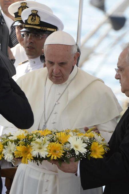 Juli 2013: Papst Franziskus erweist vor Lampedusa ertrunkenen Flüchtlingen die letzte Ehre. Es war seine erste Auslandsreise.