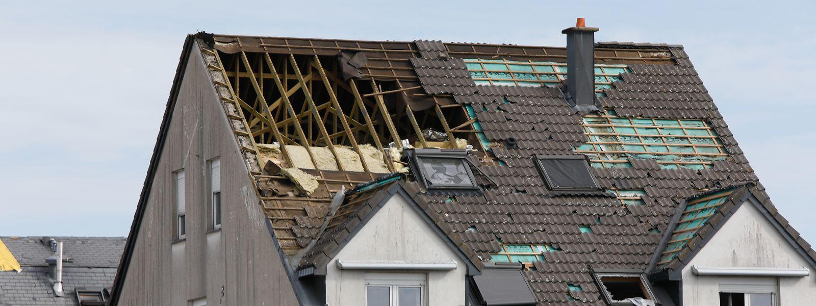 Nach dem Tornado sind viele Häuser stark beschädigt.