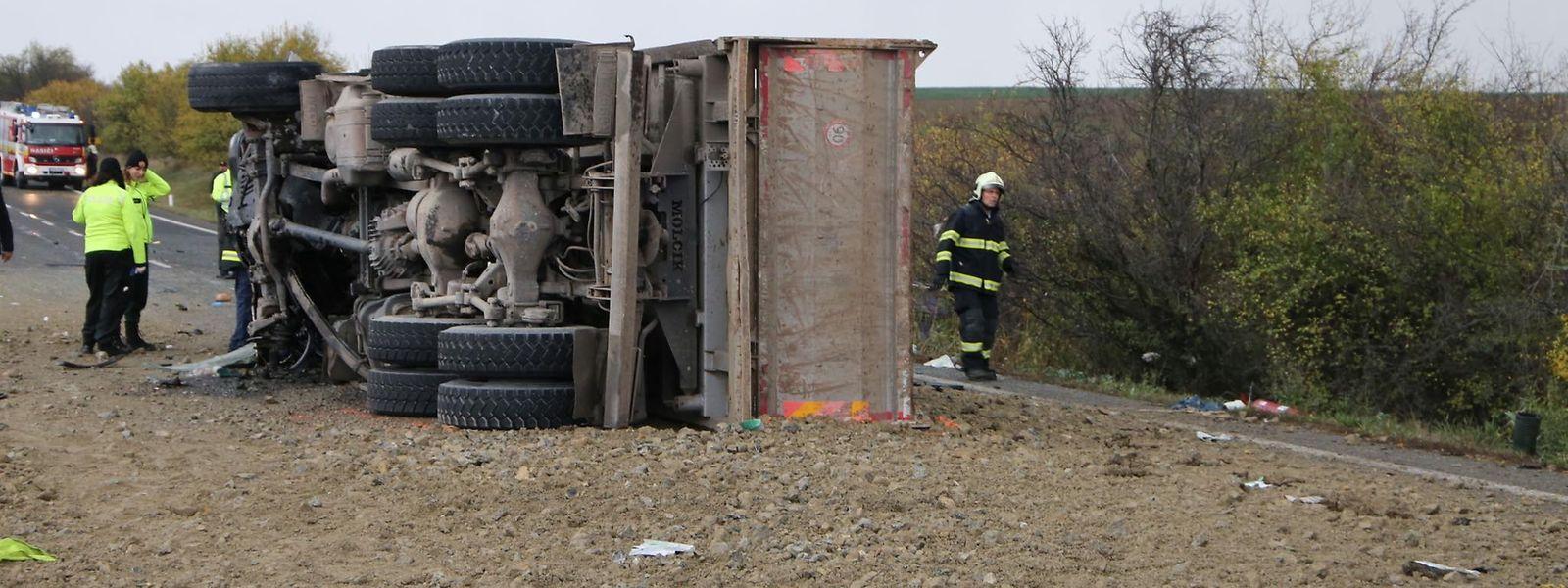 Helfer an der Unfallstelle nahe Nitra.