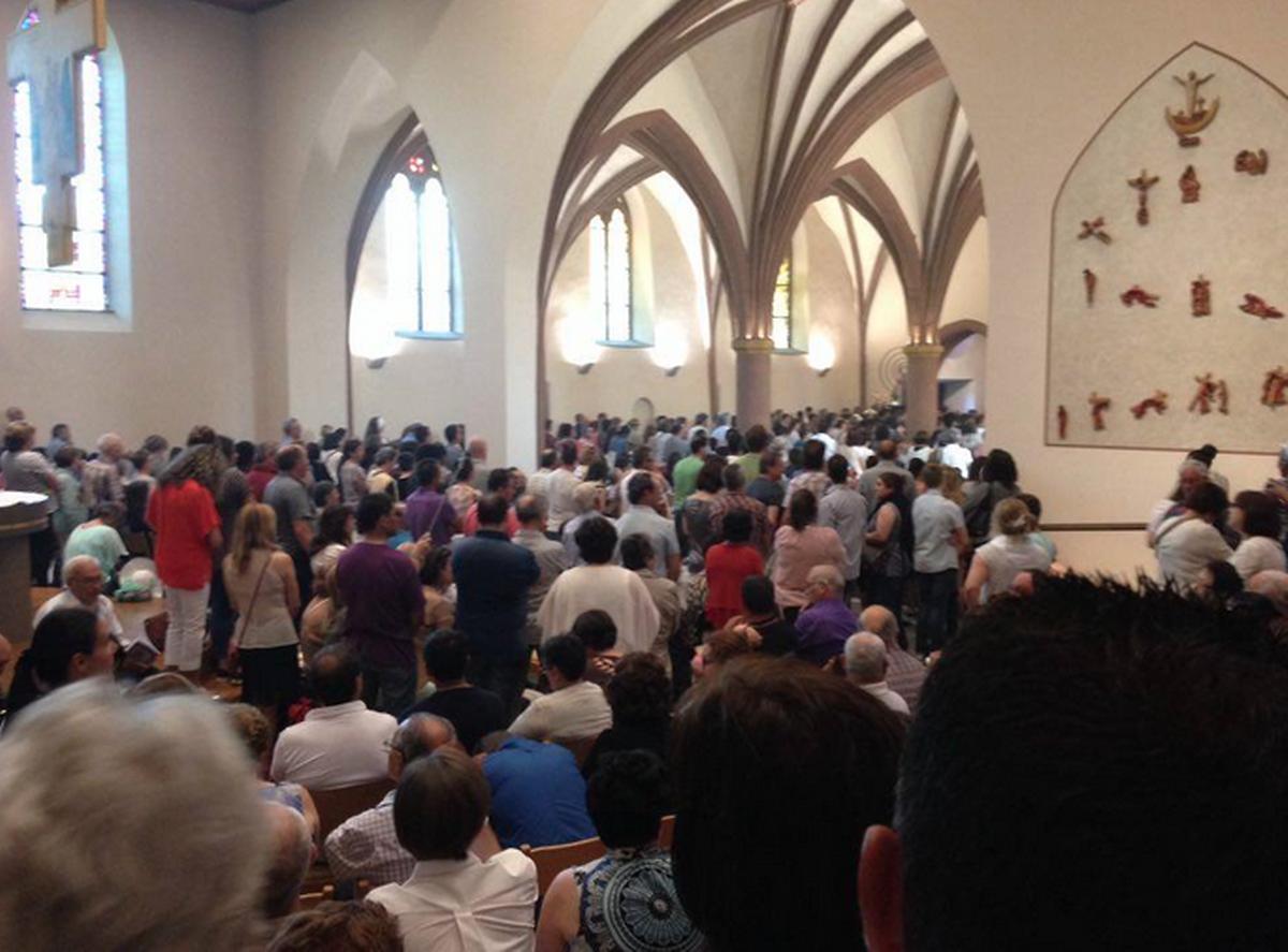 A igreja a abarrotar. Cá fora, os altifalantes transmitiam a homilia para as centenas de pessoas que rodeiam a igreja de Niderwiltz.