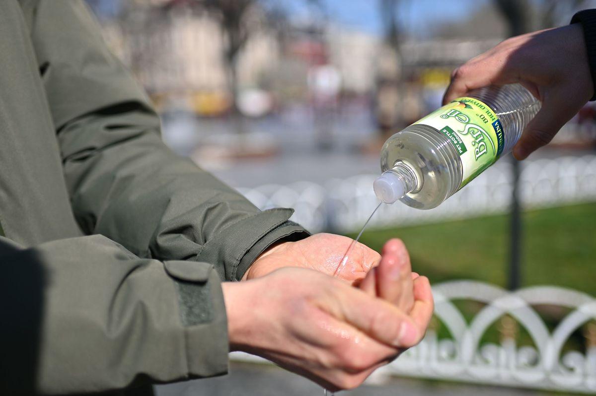 Die Menschen desinfizieren sich die Hände mit Kölnisch Wasser.
