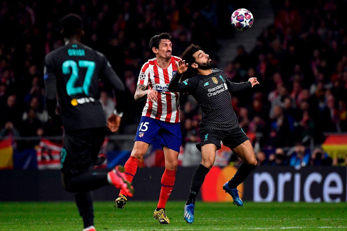 Mohamed Salah (à dr., en noir) est parfaitement muselé par l'arrière monténégrin de l'Atlético, Stefan Savic