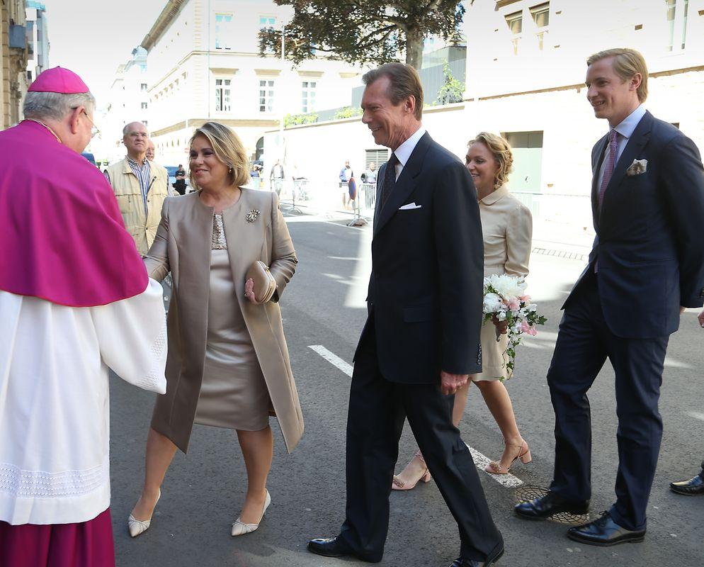 Nach der Trauung begaben sich die Hochzeitsgäste in die Kathedrale, wo die Braut ihr Blumenstrauß vor dem Gnadenbild der Muttergottes niederlegte.
