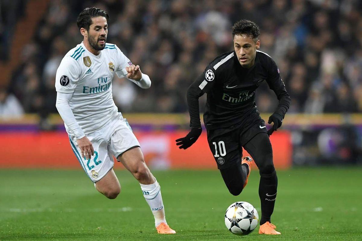 Le Brésilien du PSG, Neymar (à dr.) déborde le Madrilène Isco (en blanc)