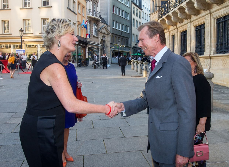 """Empfang im Rahmen des """"Meet Luxembourg"""": Francine Closener wird von Großherzog Henri und Großherzogin Maria Teresa begrüßt."""