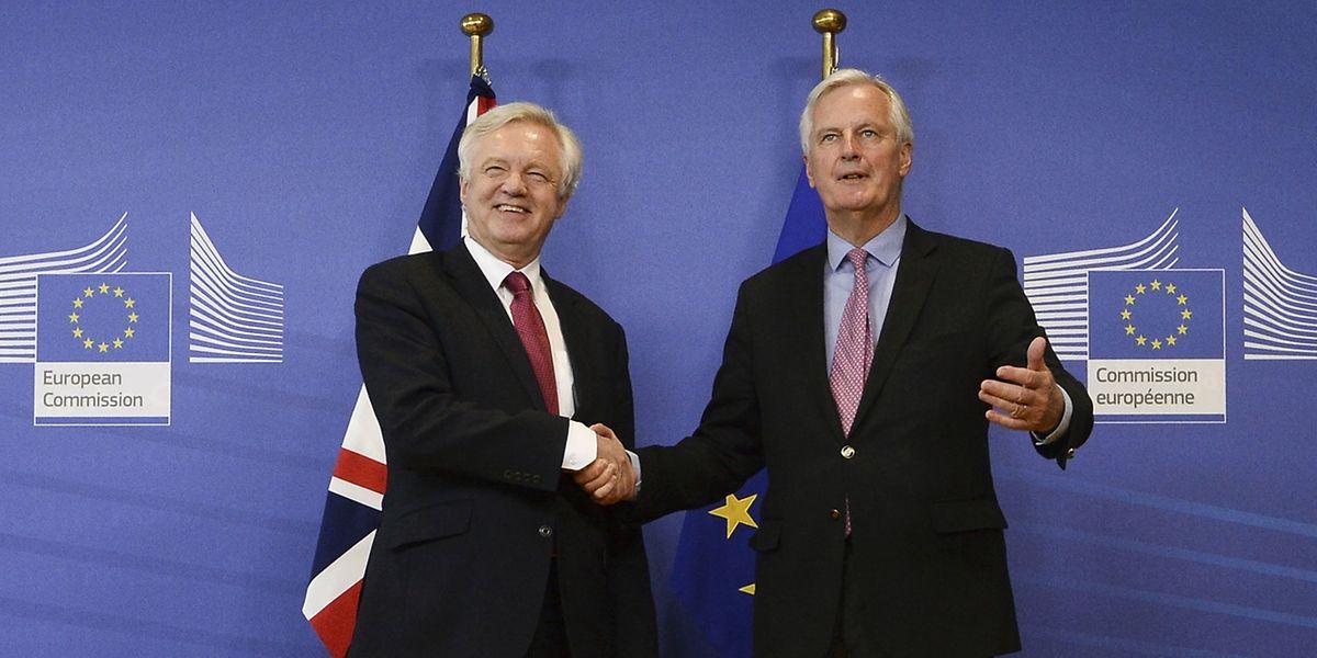 O negociador europeu para o 'Brexit', Michel Barnier (direita) dá um aperto de mão ao negociador britânico para o 'Brexit', David Davis (esq).