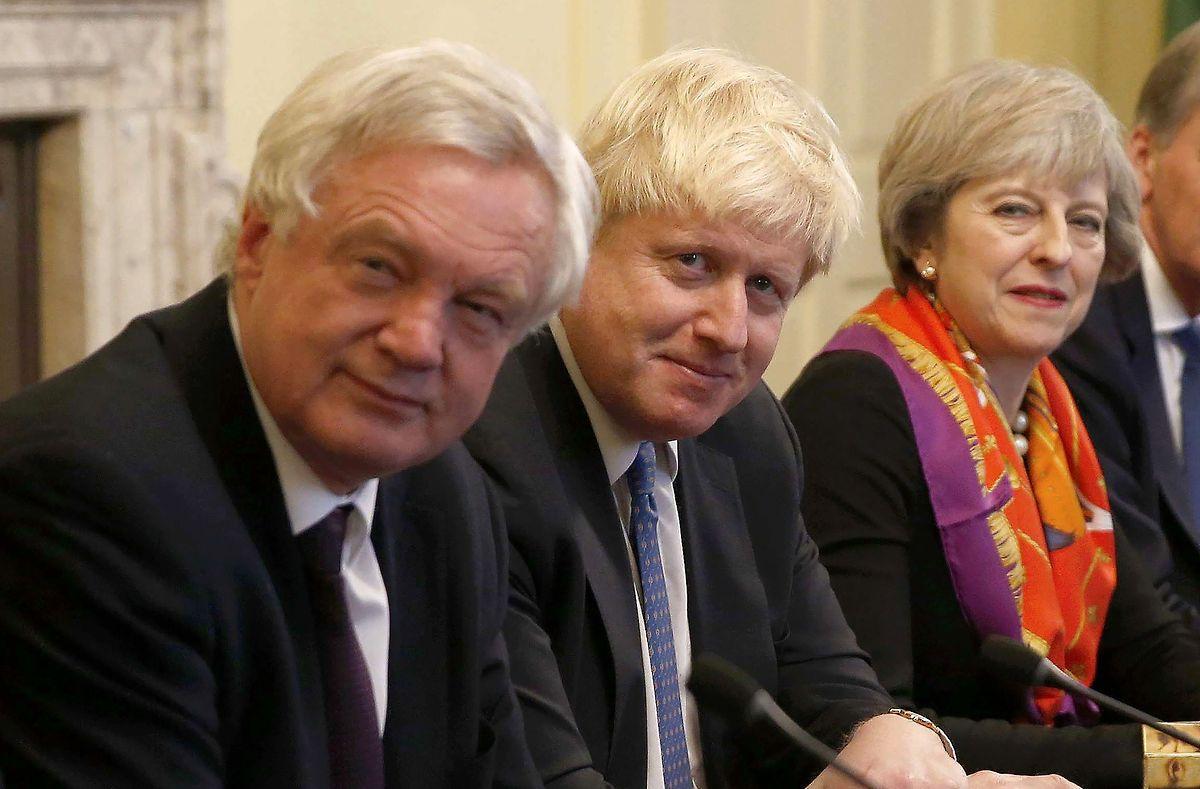 Da war die Welt noch in Ordnung: Theresa May  mit Außenminister Boris Johnson und Brexit-Minister David Davis (vrnl).