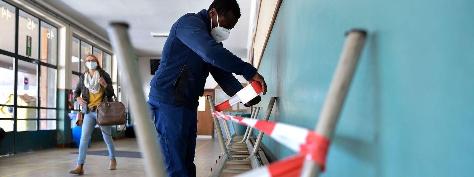 Dernières mesures barrières avant la reprise des jeunes écoliers belges.