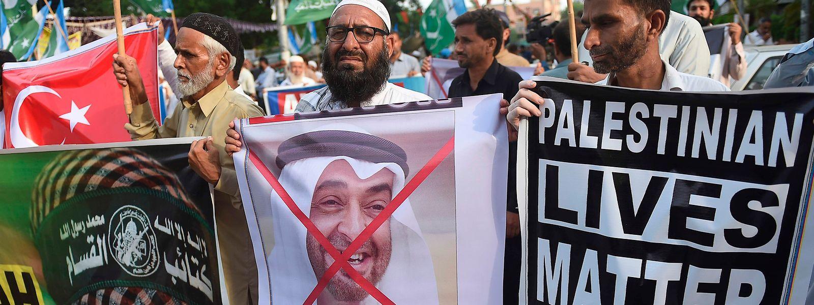In der islamischen Welt wird der Friedensschluss mit Israel von vielen als Verrat der Vereinigten Arabischen Emirate an der Sache der Palästinenser gesehen.