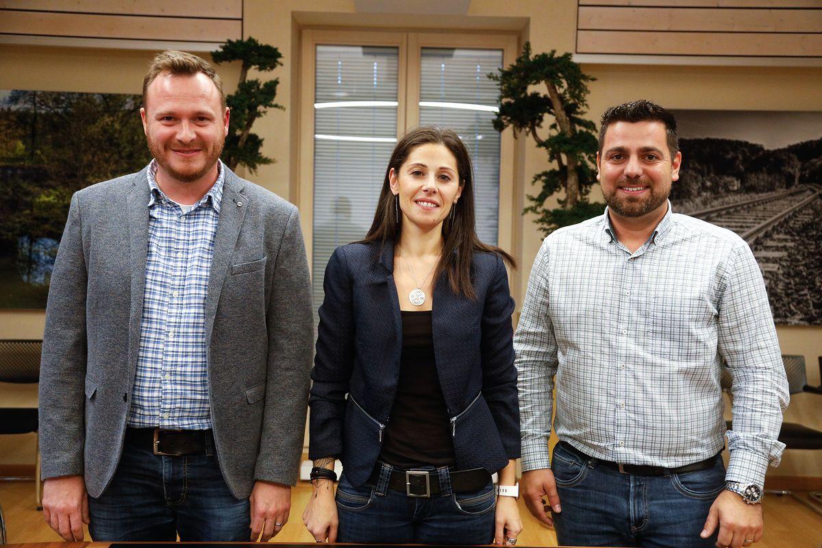 Roger Saurfeld und Cindy Barros Dinis stehen dem neuen Bürgermeister David Viaggi (v.l.n.r.) künftig als Schöffen zur Seite.