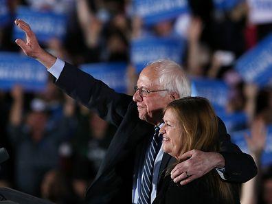 Bernie Sanders et sa femme, Jane O'Meara Sanders, célèbre sa victoire mardi 9 février