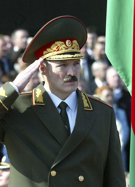 Auftritt in Uniform: Staatschef und Militärmachthaber in Personalunion.