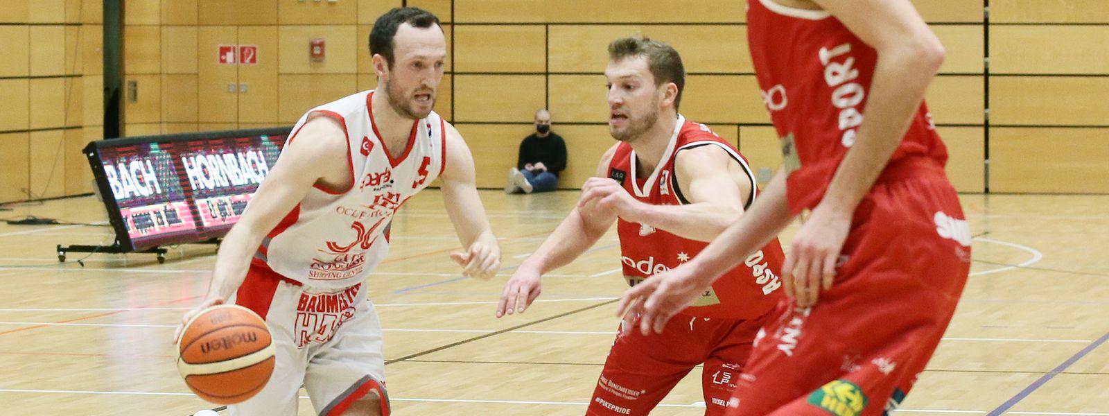 Pitt Koster (l.), hier gegen Raphael Martin (Musel Pikes), hilft dem jungen Sparta-Team auf und neben dem Platz.