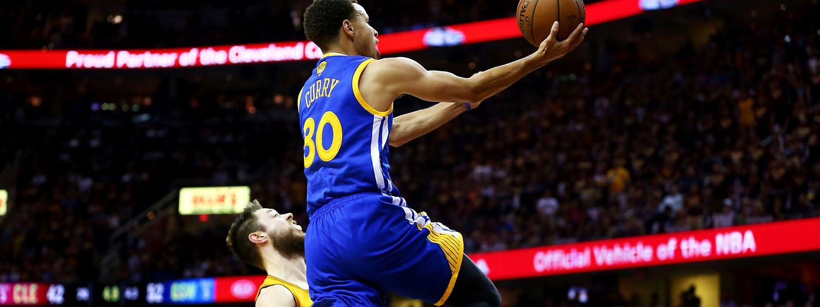 Stephen Curry und die Warriors benötigen noch zwei Siege zum Titel.