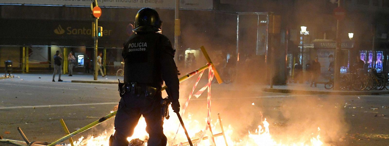 """Ein Polizeibeamter der Regionalpolizei """"Mossos d'Esquadra"""" während der Ausschreitungen in Barcelona."""