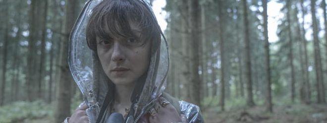 Die Überlebende Beatrice (Angela Bundalovic) wappnet sich für den nächsten Schauer.