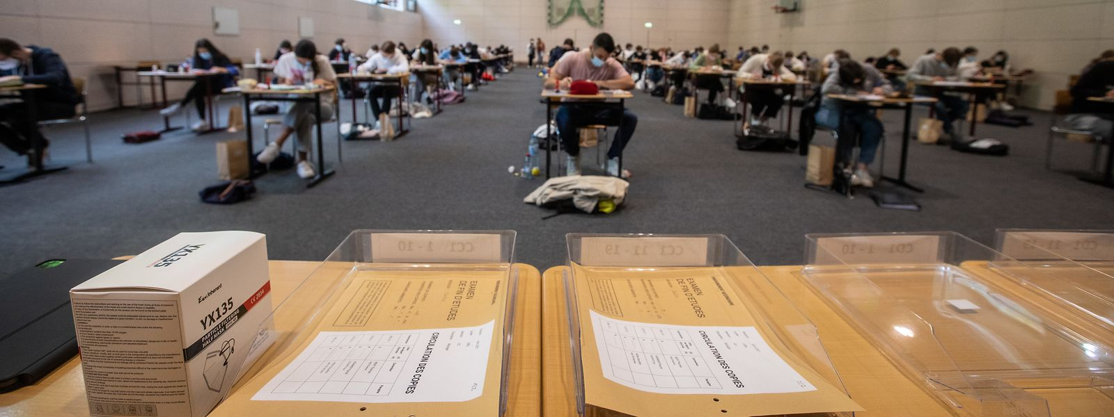 Les salles d'examens ne peuvent pas contenir plus de 100 élèves, chacun espacé de deux mètres.