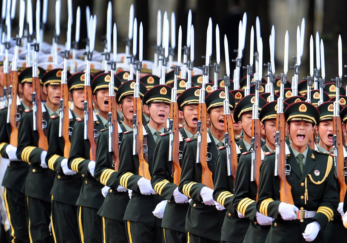 China rüstet auf: Parade vor der Großen Halle des Volkes in Peking.